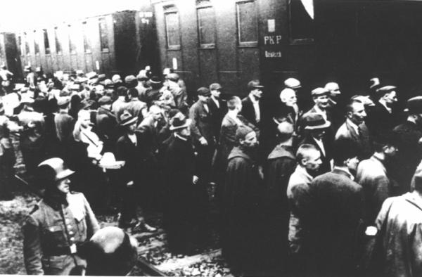 """Józef Paczyński, którego losy opisane są w książce """"Dobranoc, Auschwitz"""" przybył do obozu w pierwszym transporcie więźniów. On przeżył, ale niewielu miało tyle szczęścia... (źródło: domena publiczna)."""