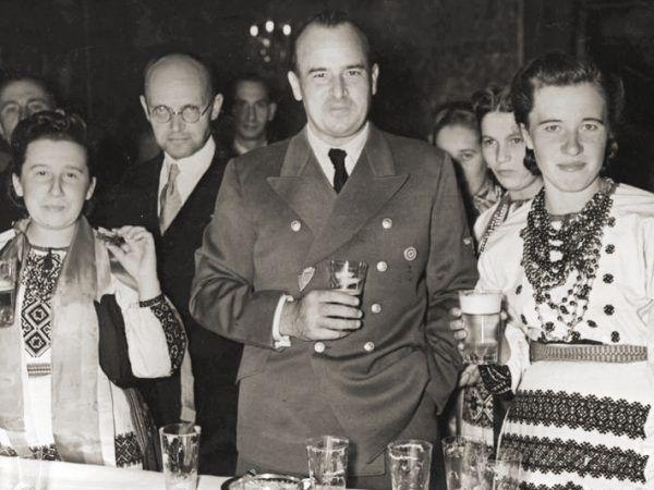 Gubernator Hans Frank w 1943 roku z członkami ukraińskiej delegacji dożynkowej przy stole na Zamku Królewskim w Krakowie. Zaledwie kilka miesięcy później jego życie - i losy Generalnej Guberni - wisiało na włosku (domena publiczna).