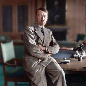 Hitler na biurku w Berghofie - zdjęcie koloryzowane (Bundesarchiv, Bild 146-1990-048-29A / Heinrich Hoffmann / CC-BY-SA).