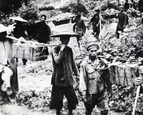 Przecięcie szlaku Ho Chi Minh mogło być receptą na wygranie wojny. Na zdjęciu w 1959 roku, przechwyconym od Wietkongu, widać laotańskich kulisów na szlaku Ho Chi Minha zmierzających z dostawą na południe (domena publiczna).