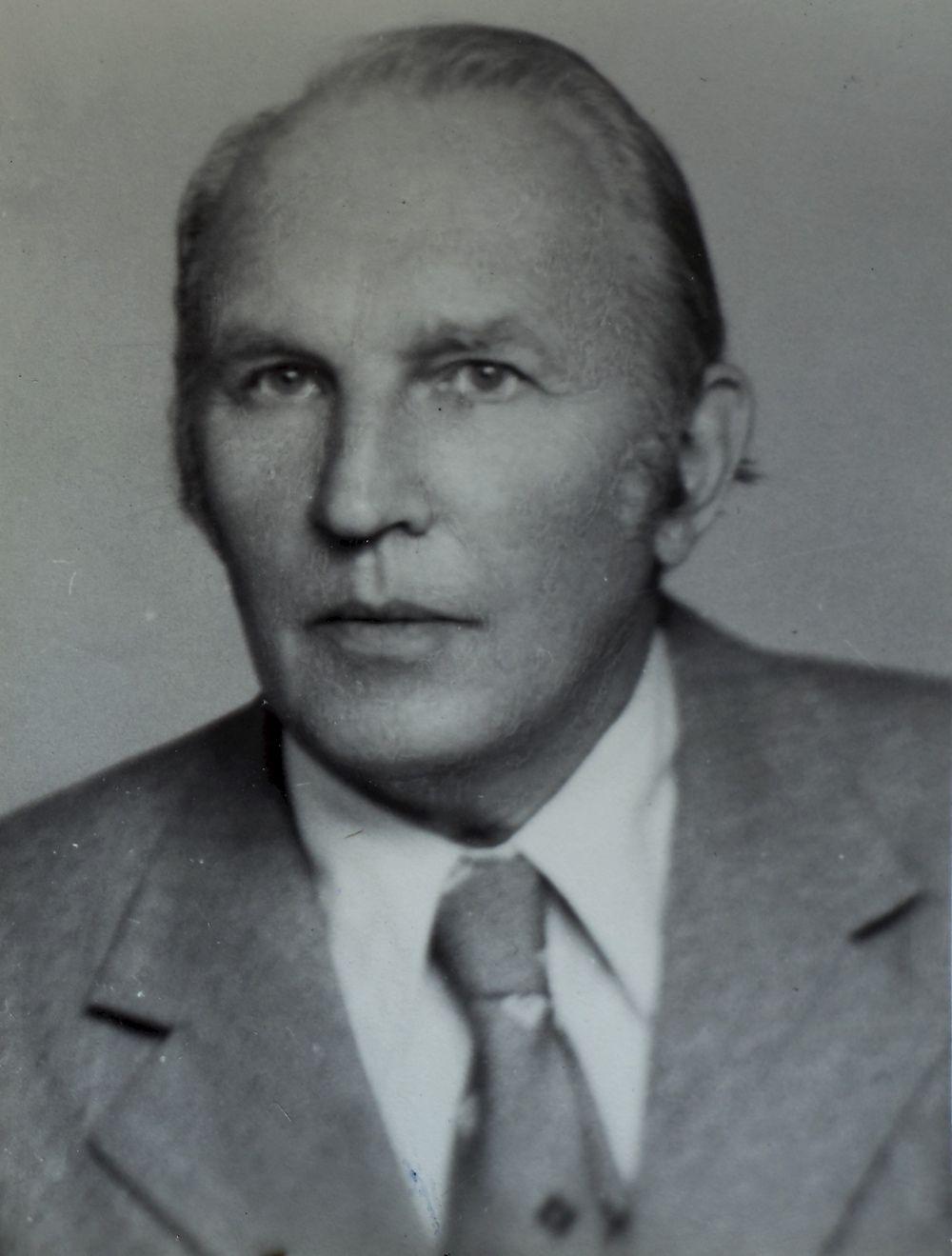Zdjęcie paszportowe Romana Hrabara, to on po wojnie poszukiwał porwanych przez nazistów polskich dzieci (źródło: IPN - reprodukcja Grzegorz Celejewski / Agencja Gazeta).