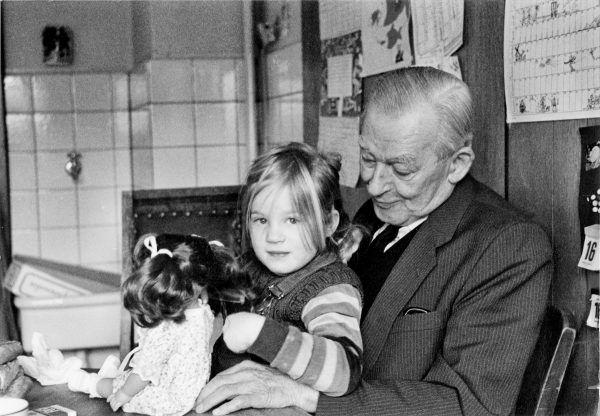 """Bernhard Krüger jako szacowny starszy pan wraz z wnuczą Charlotte wiele lat po wojnie. Zdjęcie z książki """"Mój dziadek fałszerz"""" (źródło: archiwum rodziny Krüger)."""
