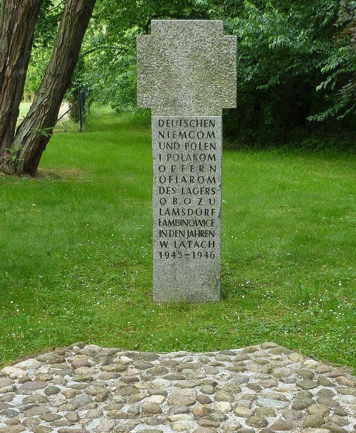 Do stworzonych przez komunistów obozów koncentracyjnych po wojnie trafiło około 100 tysięcy Niemców. Na zdjęciu krzyż pokutny na terenie obozu w Łambinowicach (fot. Julo, lic. domena publiczna).