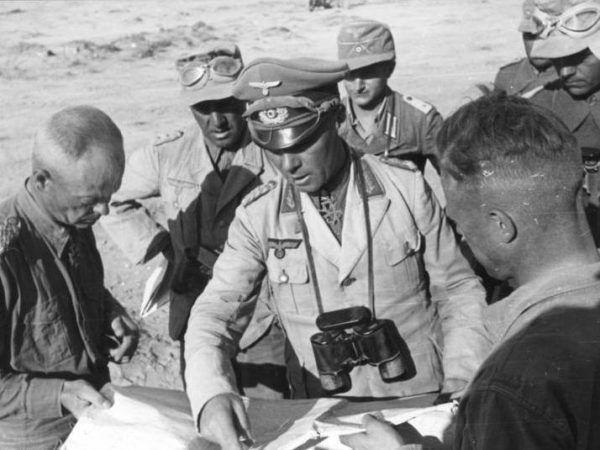 """Gdyby operacja """"Flipper"""" odniosła sukces, Rommla w chwili robienia tego zdjęcia nie byłoby już wśród żywych. Kto wie, jak zmieniłoby to losy wojny? (Bundesarchiv, Bild 101I-785-0286-33 / Otto / CC-BY-SA 3.0)."""