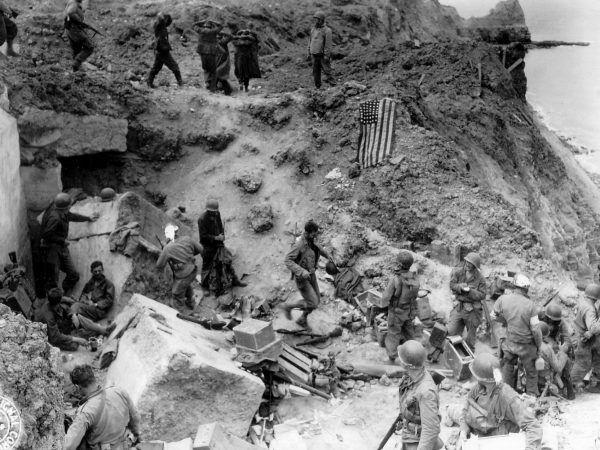 Rangersi i wzięci do niewoli niemieccy obrońcy Pointe du Hoc (domena publiczna).
