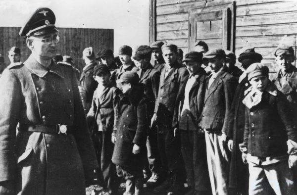 Poszukiwania porwanych przez Niemców dzieci było niczym śledztwo. Na zdjęciu apel w łódzkim obozie dla dzieci. Zapewne większość z nich trafiła później do Rzeszy (źródło: Archiwum Fotograficzne Stefana Bałuka/domena publiczna).