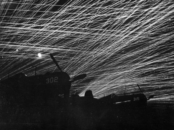 Ogień amerykańskiej obrony przeciwlotniczej na lotnisku Yontan (fot. T.Sgt. Chorlest, ze zbiorów National Archives and Records Administration, domena publiczna).