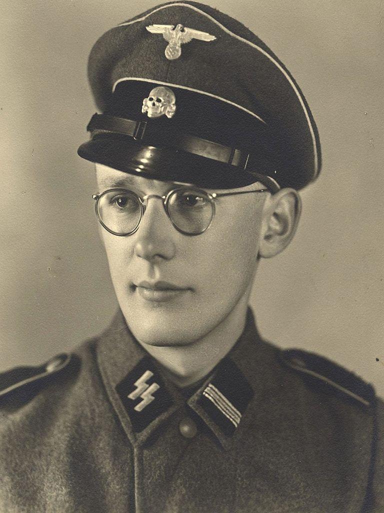 Niektórym więźniom, szczególnie tym, którzy płynnie mówili po niemiecku, udawało się zbiec z obozu w mundurze esesmańskim. Był on bardzo charakterystyczny, co widać na zdjęciu przedstawiającym Oskara Gröninga, strażnika w Auschwitz w latach 1942-1944 (źródło: domena publiczna).