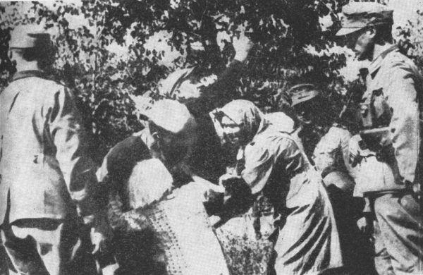 Niemcy w czasie II wojny światowej porwali około 200 tysięcy polskich dzieci. Na zdjęciu uprowadzenie polskich dzieci w czasie pacyfikacji jednej z wsi na Zamojszczyźnie (źródło: domena publiczna).