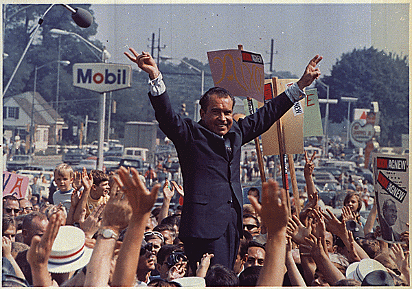 """Richard Nixon wygrał wybory, obiecując wyjście z wojny z """"honorem"""". Na zdjęciu widać go podczas wiecu wyborczego w 1968 roku (fot. Oliver F. Atkins, National Archives and Records Administration, domena publiczna)."""