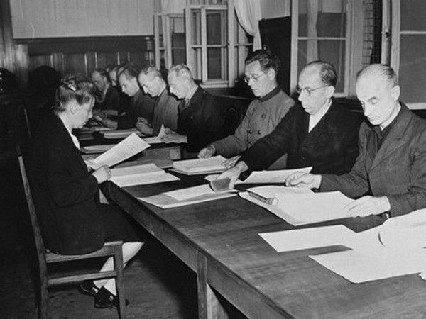 W październiku 1947 roku rozpoczął się ósmy z 12 procesów norymberskich. Na ławie oskarżonych znaleźli się między innymi ludzie związani z Lebensborn. Na zdjęciu oskarżeni zapoznają się z zarzutami (źródło: domena publiczna).