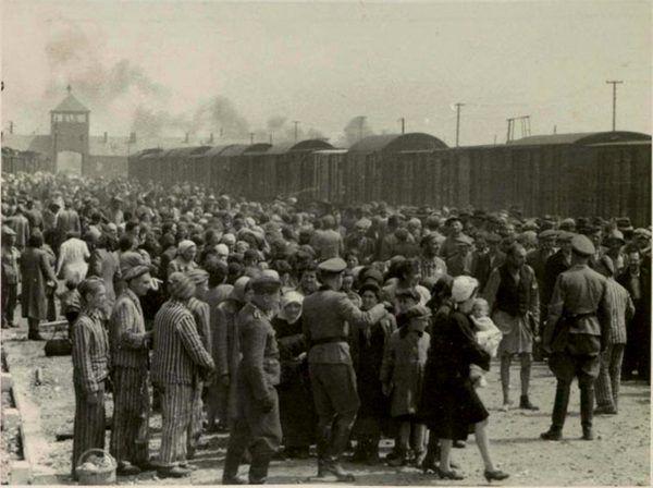 Obozowi strażnicy na każdym kroku decydowali o życiu i śmierci więźniów. Ich absolutna władza rozpoczynała się już w momencie selekcji na rampie (źródło: domena publiczna).