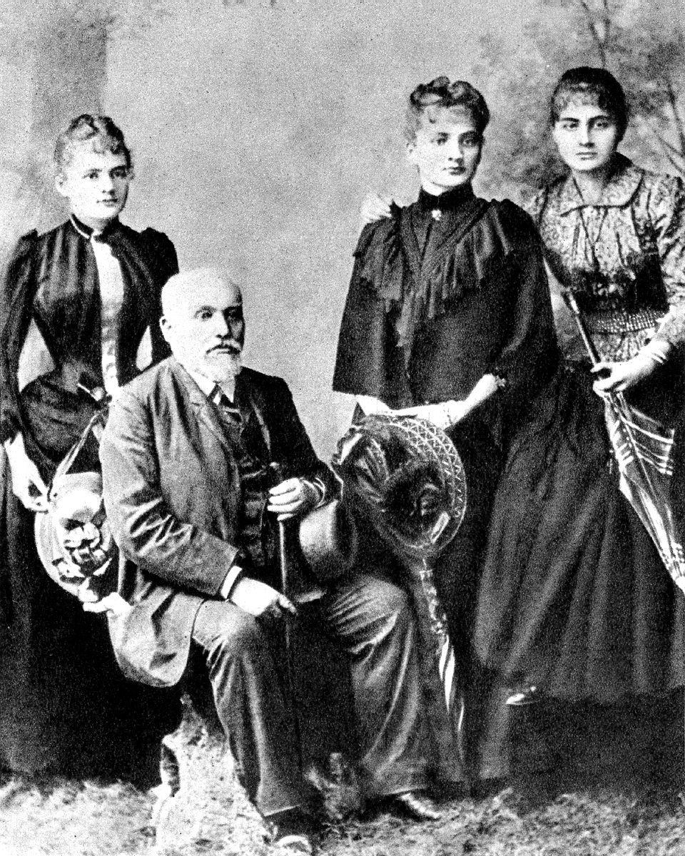 Nie tylko Maria (z lewej), ale i jej siostra Bronisława (w środku) zostały odrzucone jako kandydatki na żonę ze względu na swój status majątkowy (źródło: domena publiczna).