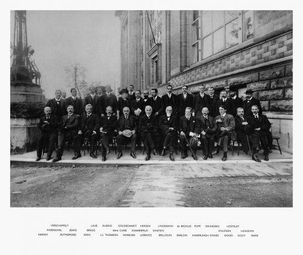 Mimo rozczarowania z młodości, życie Skłodowskiej nie mogło się lepiej ułożyć: w Paryżu znalazła i szczęście osobiste, i możliwość naukowego rozwoju. Na zdjęciu uczestnicy konferencji, która odbyła się w Brukseli w 1913 r. Oprócz Marii Curie brali w niej udział między innymi Albert Einstein oraz Paul Langevin (źródło: domena publiczna).