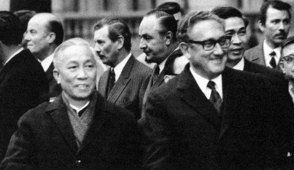 """Sekretarz stanu USA, który wyprowadził swoje państwo z Wietnamu, wiele swoich rozważań poświęcił temu, czy dało się tego uniknąć. Henry Kissinger na zdjęciu po prawej. Fotografia pochodzi z jego książki pt. """"Dyplomacja"""" (Bellona 2017)."""