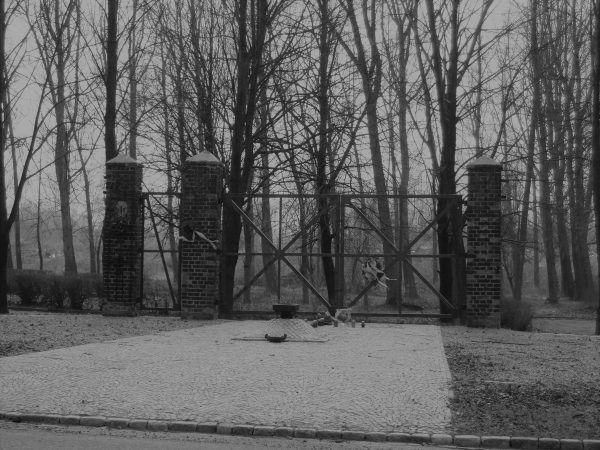 """Czternastoletnia Dorota Boreczek w 1945 roku trafiła do obozu Zgoda w Świętochłowicach, gdzie była świadkiem potwornych scen Na fotografii obozowa brama. Zdjęcie z książki """"Mała zbrodnia"""" (Znak Horyzont 2017)."""