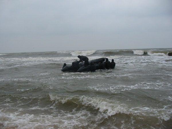 Jednym z elementów szkolenia komandosów jednostek specjalnych jest taktyka niebieska, czyli walka w wodzie i zdobywanie celów nawodnych. (zdjęcie pochodzi z materiałów wydawnictwa Bellona)