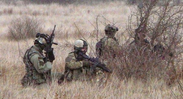 Zdjęcie ze wspólnych manewrów U.S. Navy SEALs i żołnierzy GROM-u. (zdj. domena publ.)