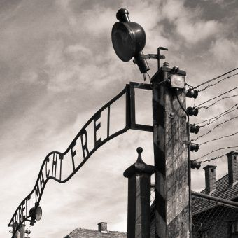 Za bramą obozu otwierało się przed więźniami nowe życie. By przeżyć, trzeba było znać rządzące nim reguły(fot. PerSona77, lic. CC BY-SA 3.0 PL).