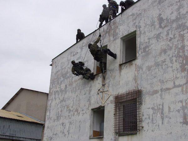 Komandosi bywają niczym filmowy Rambo. Jeśli do budynku trzeba wejść razem ze ścianą, nie mają z tym najmniejszego problemu. (Zdjęcie pochodzi z materiałów prasowych wydawnictwa Bellona).