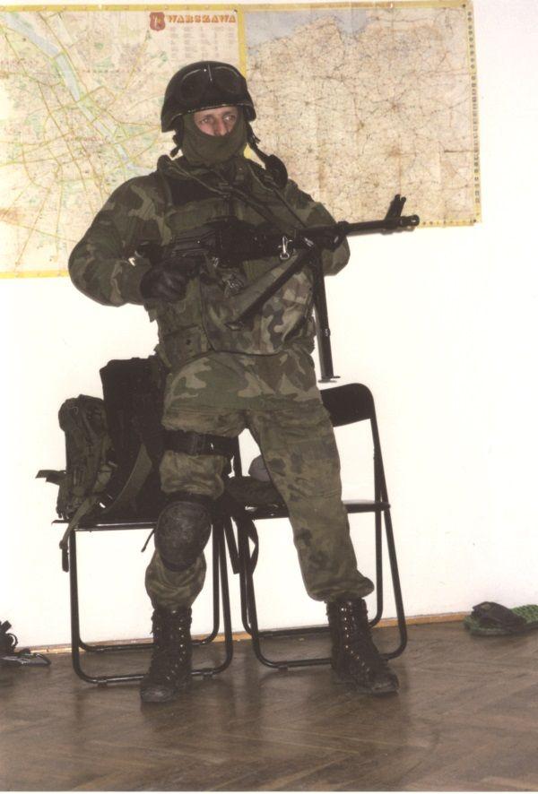 Oprócz standardowego wyposażenia, jakie dostarcza armia, komandosi często posiadają w czasie misji dodatkowo prywatny sprzęt. Kiedy przedzierają się na przykład przez mokradła obchodzą ich dobre buty i skarpety, a nie budżet wojska i sprawność logistyka. (Zdjęcie pochodzi z materiałów prasowych wydawnictwa Bellona).