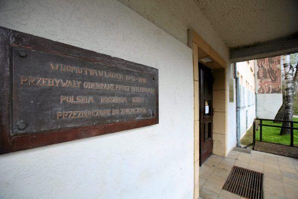 """Pamiątkowa tablica. """"W domu tym w latach 1943–1945 przebywały odebrane przez hitlerowców polskim rodzinom dzieci przeznaczone do zniemczenia"""" (fot. Cezary Aszkiełowicz / Agencja Gazeta)."""