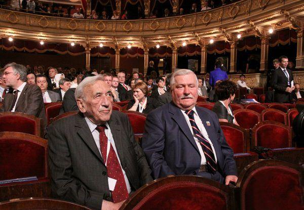 Wałęsa i Mazowiecki w zgodzie po latach (fot. Ministerstwo Spraw Zagranicznych RP, CC BY-ND 2.0).