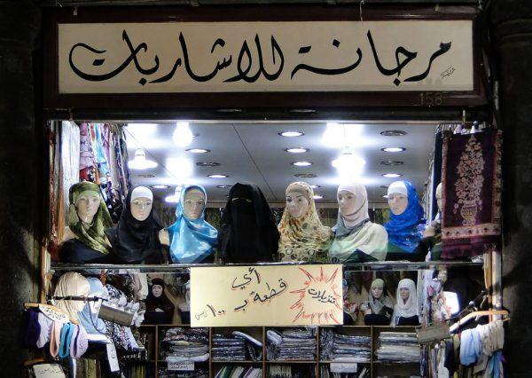 W Europie i Ameryce duże kontrowersje budzi temat obowiązkowych nakryć głowy. Wśród samych Iranek zdania na temat czadoru - tradycyjnego irańskiego stroju - są podzielone. Jedne odbierają go jako niepotrzebne ograniczenie, inne - postrzegają jako cenny element tradycji (zdj. Bernard Gagnon, lic. CC BY-SA 3.0).