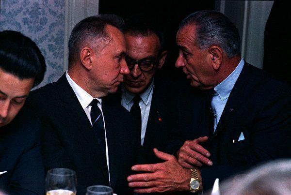 """Kiedy Swietłanie udało się przekonać swego księcia do ślubu, wydawało się, że nic już nie stanie na drodze ich szczęściu. Nieoczekiwanym """"czarnoksiężnikiem"""", który wstrzymał weselne dzwony, był... premier ZSRR Aleksiej Kosygin. Na zdjęciu po lewej stronie, podczas rozmowy z prezydentem USA Lyndonem B. Johnsonem w 1967 roku (fot. Yoichi Okamoto - LBJ Library, domena publiczna)."""