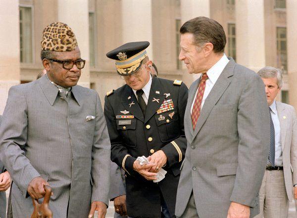 Patrząc na nakrycie głowy Mobutu Sese Seko nietrudno się domyślić, dlaczego nazywano go Lampartem. Zdjęcie z wizyty w USA w 1983 roku (fot. Frank Hall, domena publiczna).