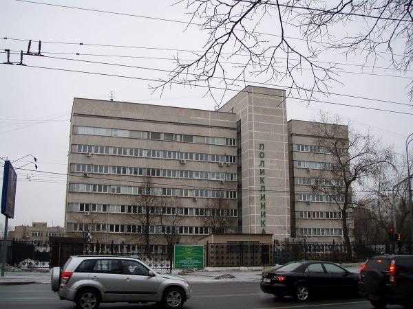 Stan zdrowia Brajesha wkrótce tak bardzo się pogorszył, że trafił on do Polikliniki dla Obcokrajowców, a potem szpitala w Kuncewie. Na tej współczesnej fotografii poliklinika w Moskwie (fot. Digr, lic. CC BY-SA 3.0).