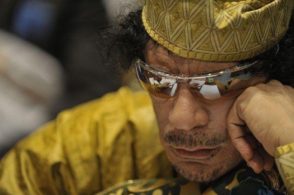 Przepiękna córka Kaddafiego zasłynęła z popierania reżimu swojego ojca oraz… zamiłowania do zakupów w luksusowych butikach Londynu. Na zdjęciu Kaddafi na szczycie Unii Afrykańskiej w 2009 roku (U.S. Navy photo by Mass Communication Specialist 2nd Class Jesse B. Awalt, domena publiczna).