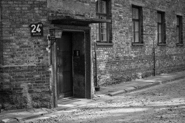 """Wizyta w domu publicznym, który mieścił się w bloku numer 24, miała być dla więźniów """"nagrodą"""" za dobre sprawowanie (fot. PerSona77, lic. CC BY-SA 3.0 pl)."""
