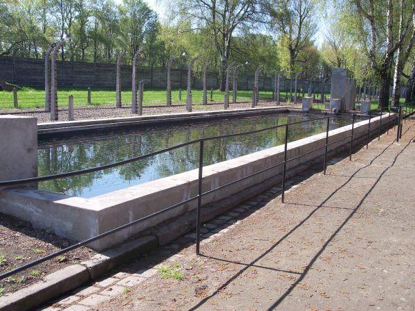 Więźniom udało się zorganizować w obozie nawet prowizoryczny basen w zbiorniku przeciwpożarowym (fot. Pimke, lic. CC BY-SA 3.0).