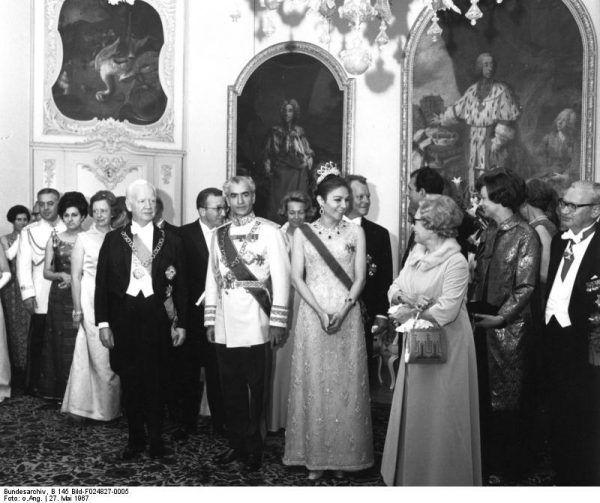 Pod rządami szacha Mohammeda Rezy Pahlawiego (na zdjęciu w centrum) sytuacja irańskich kobiet znacząco się poprawiła. Wzorcem nowoczesnej Iranki miała być jego trzecia żona, królowa Farah (zdj. Bundesarchiv, lic. CC BY-SA 3.0 de).