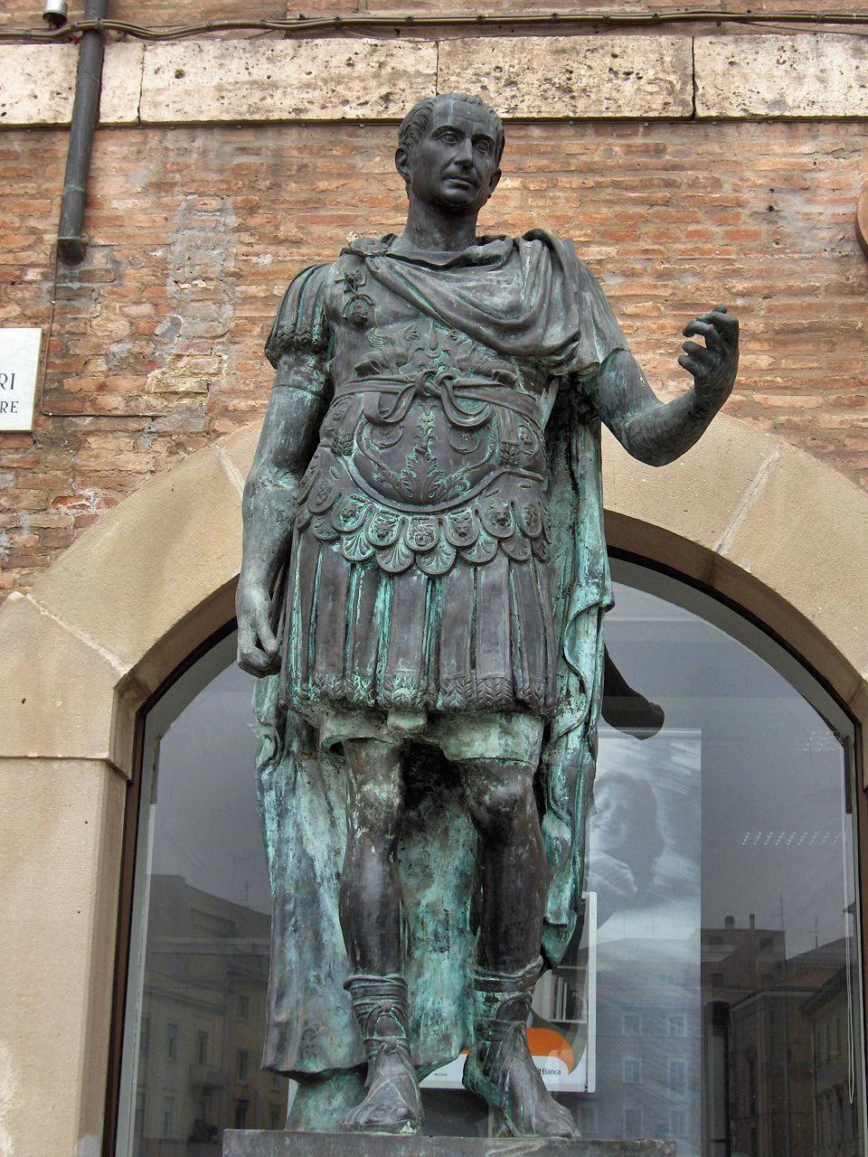Nawet jak na starożytne standardy Juliusz Cezar wykazywał się bezprecedensową brutalnością. Na ilustracji posąg Cezara w Romini (fot. Georges Jansoone; lic. CC BY-SA 4.0).