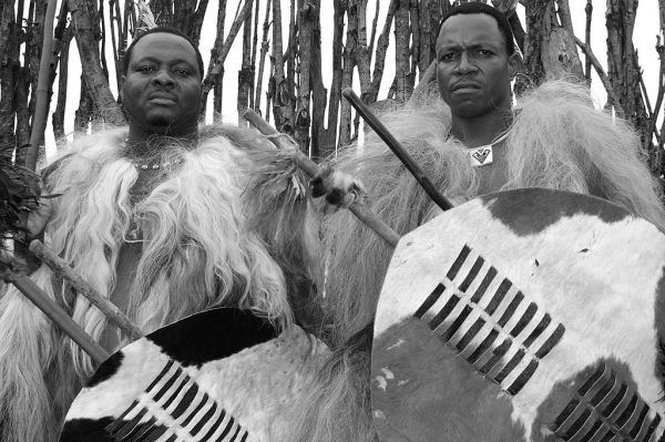 Festiwal Incwala to najważniejsze wydarzenie w roku dla mieszkańców Suazi. Dla ich władcy to z kolei okazja do spełnienia swoich zoofilskich zachcianek. Na zdjęciu wojownicy w festiwalowych strojach (fot. iulian circo; CC BY-SA 2.0).