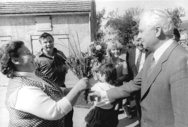 Jegor Ligaczow, prawa ręka genseka-abstynenta, zabrał się za tępienie alkoholizmu z wielką werwą... ale zupełnie nie przemyślał skutków ubocznych swoich działań. Na tym zdjęciu z 1989 roku, zrobionym podczas wizyty w NRD, widzimy, jak wita go gospodyni Meta Krüger (Bundesarchiv, Bild 183-1989-0913-045, lic. CC-BY-SA 3.0).