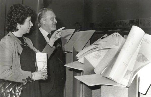 Inés Lucia Pinochet stała się jedną z najgorętszych zwolenniczek reżimu swego ojca. Na tym zdjęciu z 1981 roku widać, jak podziwia ekspozycję (fot. Biblioteca del Congreso Nacional, lic. CC BY 3.0 cl).