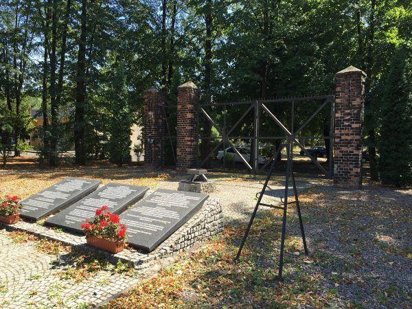 Brama - pomnik na terenie byłego obozu Zgoda (fot. Obóz Zgoda, brama – pomnik; lic. CC BY-SA 4.0).