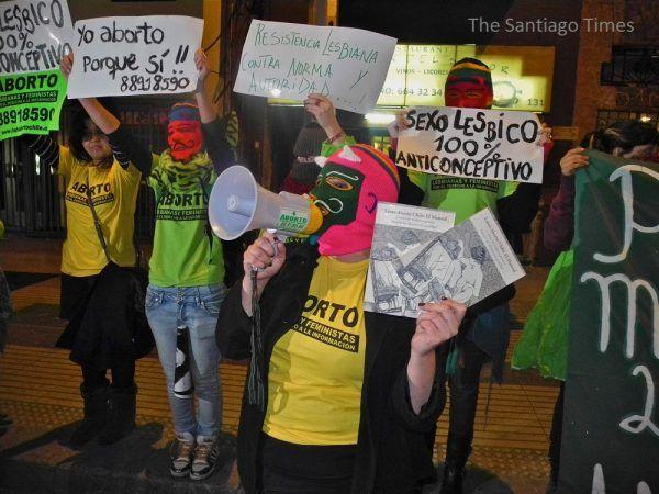 Jednym z krajów, gdzie utrzymują się surowe ustawodawstwo antyaborcyjne, jest Chile. Od kilku lat nasilają się tam jednak demonstracje na rzecz liberalizacji prawa. Na zdjęciu marsz pro-choice z lipca 2013 roku (zdj. Santiago Times, lic. CC BY 2.0).