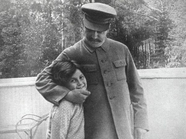 """Pozornie rozkoszne zabawy Stalina z córką miały swą mroczną stronę. Zdjęcie pochodzi z materiałów promocyjnych książki Rosemary Sullivan pod tytułem """"Córka Stalina"""", wydanej przez Znak Horyzont (źródło:EAST NEWS/LASKI DIFFUSION)."""