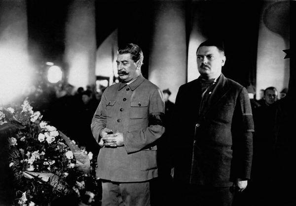 Z woli ojca Swietłana poślubiła syna Andrieja Żdanowa. Małżeństwo to było kompletnym niewypałem. Na zdjęciu Stalin i twórca żdanowszczyzny na pogrzebie Kirowa w 1934 roku (domena publiczna).