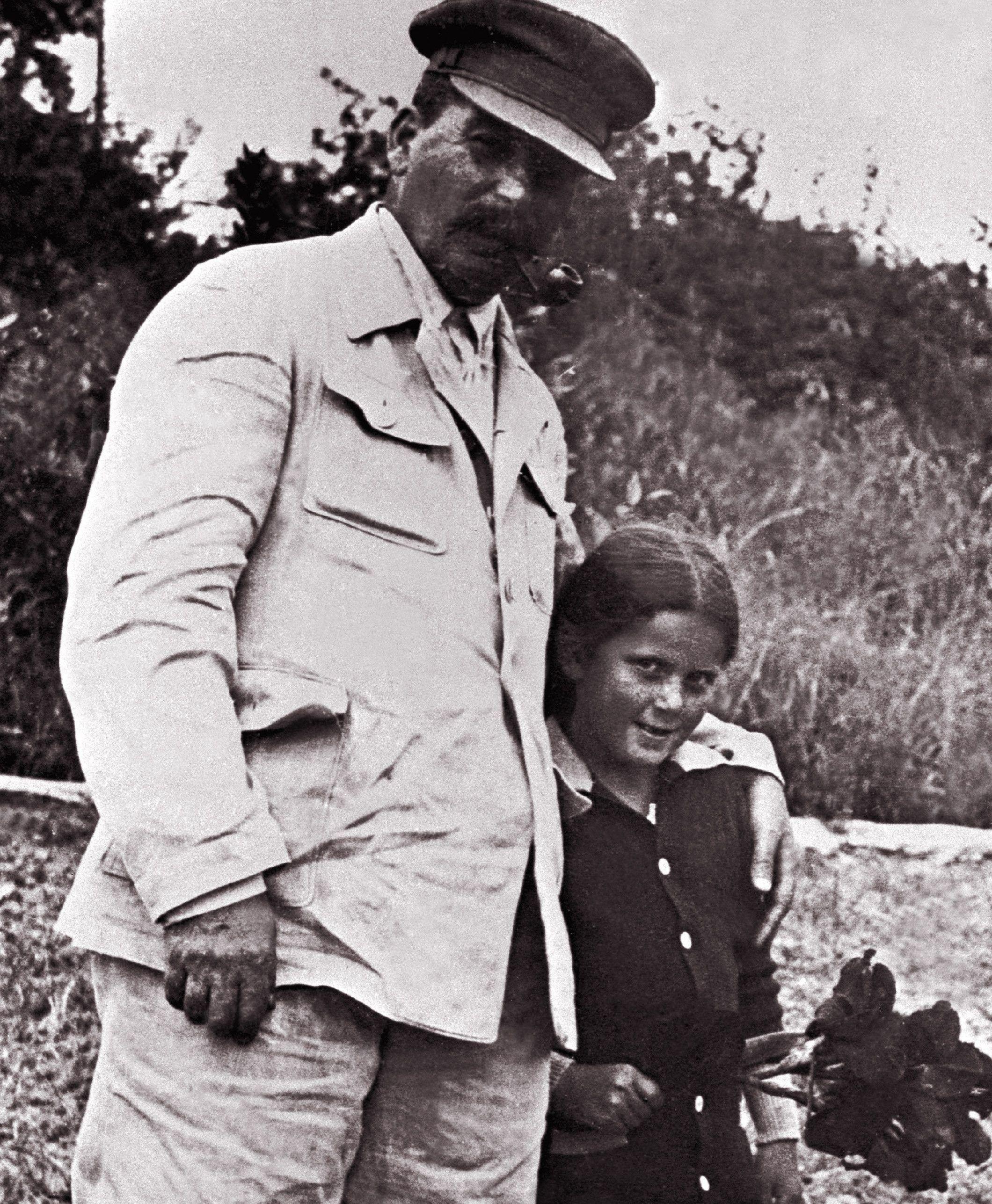 """Wróbelek i papoczka na spacerze. Zdjęcie, wykonane w 1933 roku, pochodzi z materiałów promocyjnych książki Rosemary Sullivan pod tytułem """"Córka Stalina"""", wydanej przez Znak Horyzont (źródło:EAST NEWS/LASKI DIFFUSION)."""