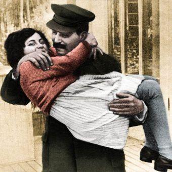 """Ukochana córeczka na rękach taty. Ten obrazek byłby przepiękny, gdyby to nie był Stalin... Zdjęcie, wykonane w 1935 roku, pochodzi z materiałów promocyjnych książki Rosemary Sullivan pod tytułem """"Córka Stalina"""", wydanej przez Znak Horyzont (koloryzacja: Rafał Kuzak"""
