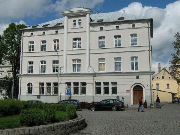 Ten przyjemny budynek w niczym nie przypomina, że był sceną jednego z największych skoków na kasę w PRL. Dzisiaj zamiast banku mieści się tu siedziba wołowskiego Urzędu Miasta i Gminy (fot. mar, lic. CC BY-SA 3.0).