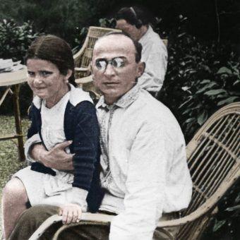 """Swietłana Alliłujewa na kolanach Berii w 1935 roku. Zdjęcie z książki Rosemary Sullivan pod tytułem """"Córka Stalina"""" (Znak Horyzont 2017). Koloryzacja: Rafał Kuzak."""