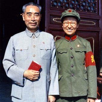 Ulubiona córka Mao Tse Tunga, Li Na, ze Zhou Enlai w 1966 roku (domena publiczna).