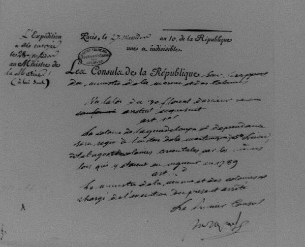 Napoleon, kiedy sprawował jeszcze funkcję pierwszego konsula, za pomocą kilku dekretów przywrócił niewolnictwo w części francuskich kolonii. Na zdjęciu fragment dekretu odtwarzającego przedrewolucyjne stosunki kolonialne na Gwadelupie (zdj. Jfniort, lic. CC BY-SA 4.0).