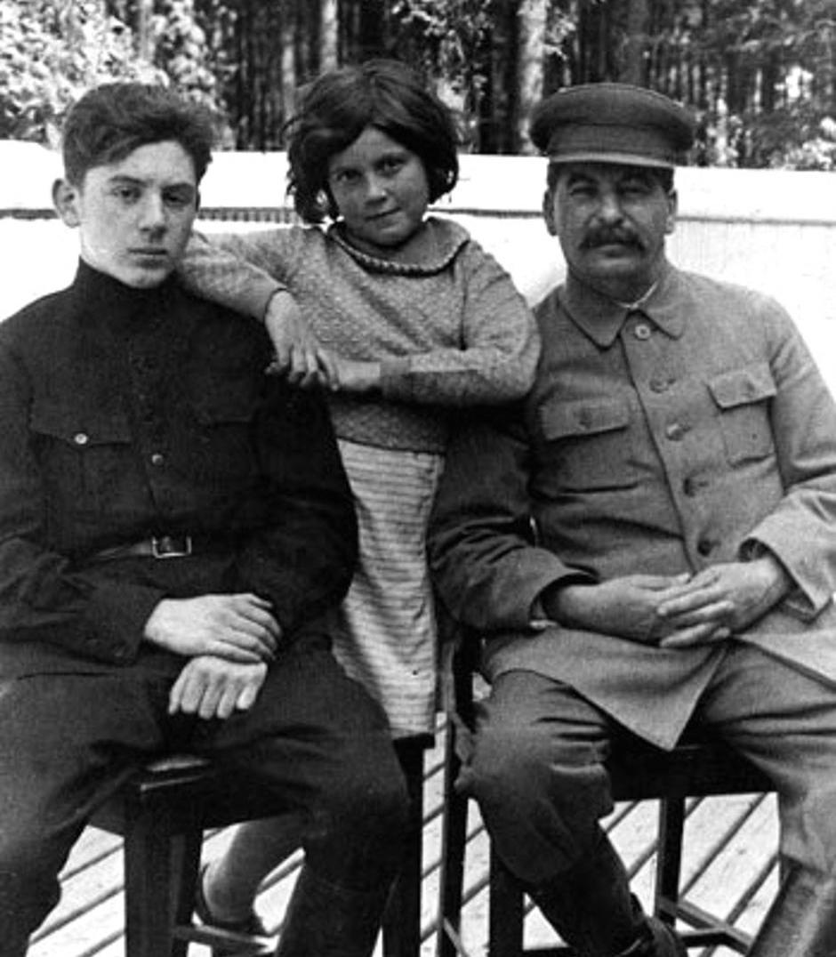 """W przeciwieństwie do Wasilija, Swietłana dawała ojcu powody do dumy. Do czasu... Na fotografii Stalin z dziećmi z drugiego małżeństwa. Zdjęcie, wykonane w 1935 roku, pochodzi z materiałów promocyjnych książki Rosemary Sullivan pod tytułem """"Córka Stalina"""" (Znak Horyzont)."""